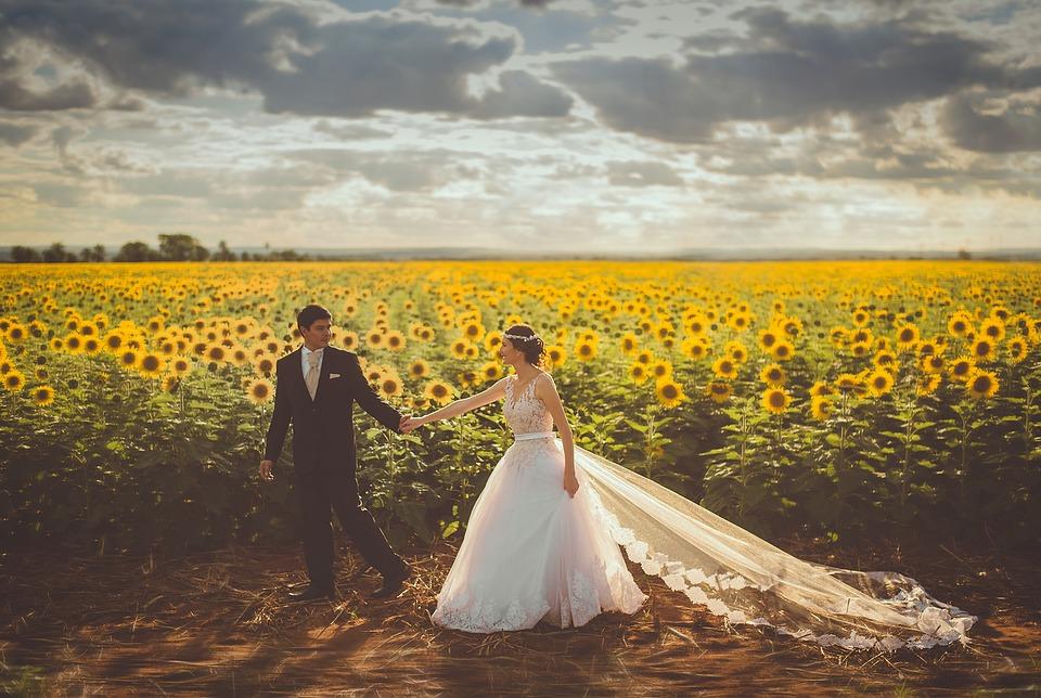 Imagem mostra casal passeando no artigo sobre viagens de lua de mel